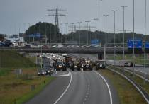 Boeren leggen verkeer op snelwegen rond Heerenveen stil (Foto's)