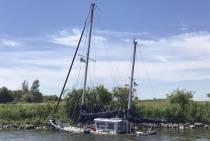 Boot zinkt op Prinses Margrietkanaal bij Spannenburg