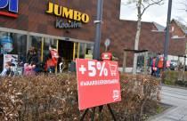 Publieksvriendelijke actie supermarktmedewerkers en FNV op het Molenplein
