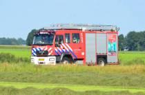 Ree met achterwerk vast in hekwerk, brandweer Nieuwehorne schiet te hulp
