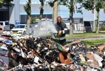 Brandweer Tjalleberd blust balen oud papier na