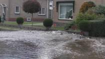 Schoterlandse weg in Oudehorne onder water na waterleidingbreuk