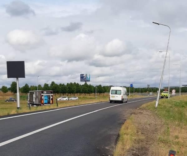 Vrachtwagen van de weg op knooppunt Heerenveen