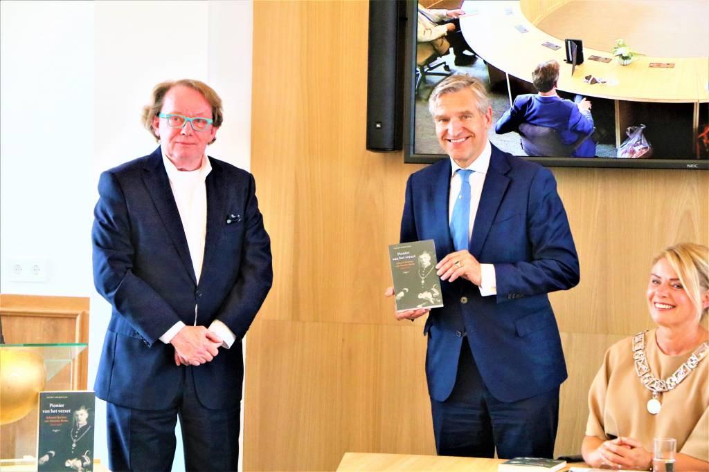 Links de auteur André Vermeulen, midden Synbrand van Haersma Buma en zittend burgemeester Jannewietske de Vries