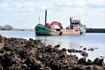 FOTO'S / Nieuwe dijk houdt water tegen bij Ûlesprong