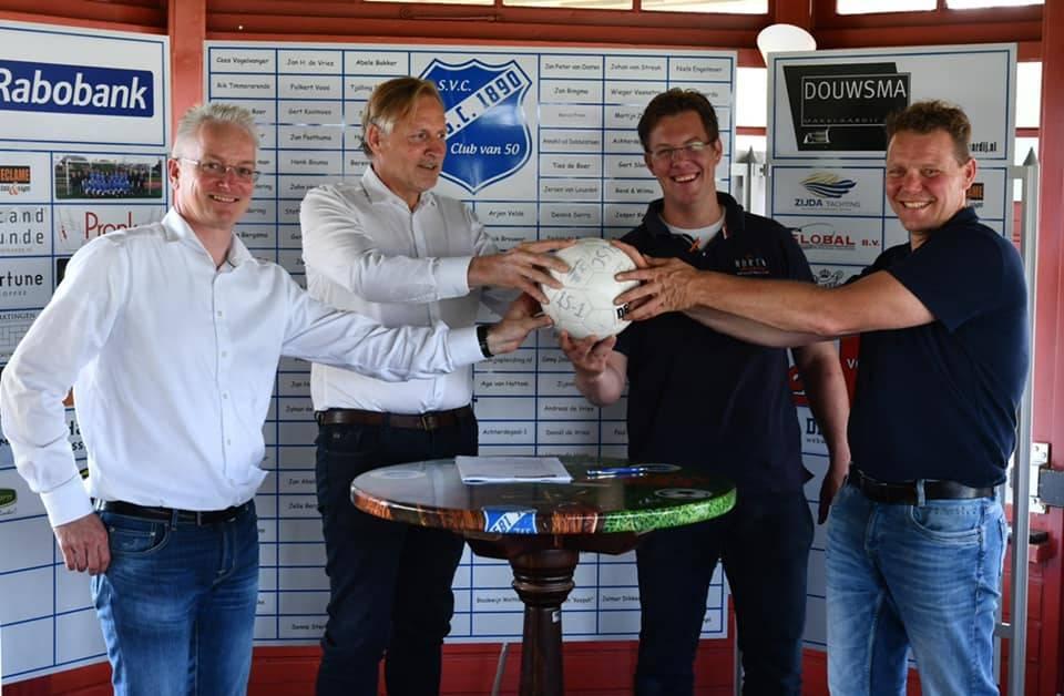 Op de tafel ligt het inmiddels getekende contract. Van links naar rechts Johan Boomsma (penningmeester LSC1890), Henk Douwsma (voorzitter LSC1890), Jaap van der Meer (directeur Bouwbedrijf Van der Meer), John Modderman (directeur Bouwcollectief Sneek b.v.)