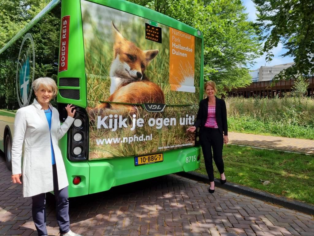 Annemarie Hoogeveen, regiodirecteur West bij Arriva en Georgette Leltz, directeur Nationaal Park Hollandse Duinen bij bus 90: de groene lijn van de regio Duin- en Bollenstreek, Leiden, Rijnstreek en Midden-Holland.