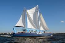 Zeil -10daagse catamaran 'Beatrix' gestart bij Elahuizen