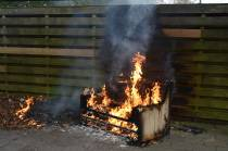 Brandweer blust brandend bankstel in fietsenhok bij voormalige Kruiskerk