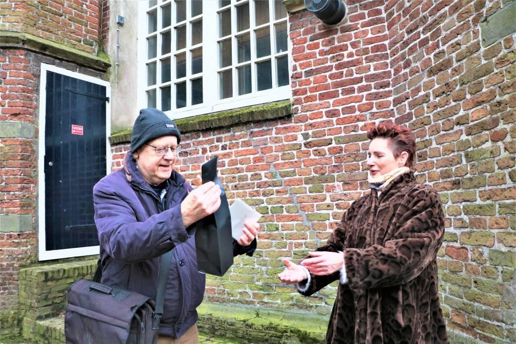 Dirk S. Donker ontvangt op 10 maart 2021 een presentje van Akke Cleintuar-Elgersman nadat hij Rader Love op het Sneker carillon had gespeeld