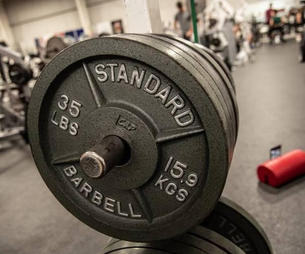 Drie oefeningen die je met alleen een bumper plate kunt doen