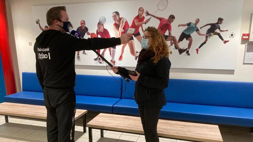 Omrop verslaggeefster Geartsje de Vries aan het coronaproof interviewen