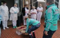 Tina en Michelle van Kijlstra Ambulancezorg zetten medewerkers covid-huis in het zonnetje