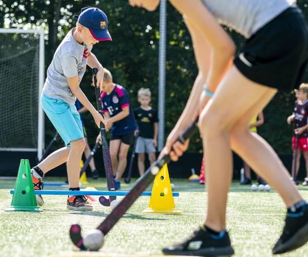 FOTO'S / Kinderen sportief in beweging tijdens hockeyclinic