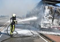 Vrachtwagen met balen oud papier in brand op de Zestienroeden