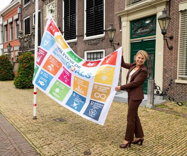 Burgemeester hijst Global Goals vlag en lokale helden uitgelicht tijdens Vlaggendag