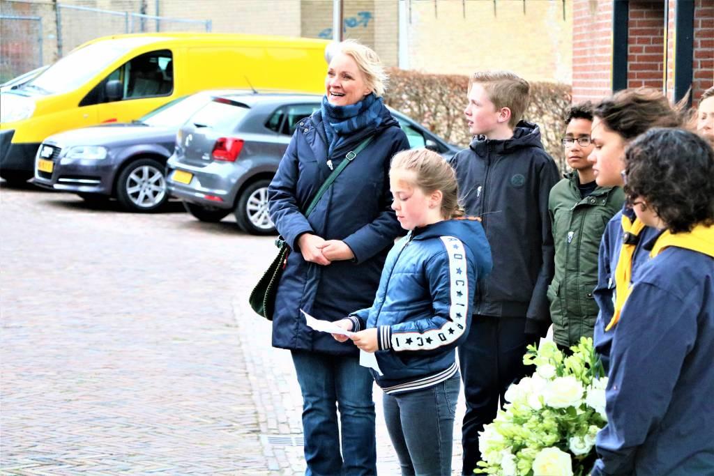 Esmee Westerhof draagt het gedicht Verstoppen voor