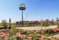 Eigenaar McDonald's Joure kondigt nieuwe juridische stappen vanwege mast