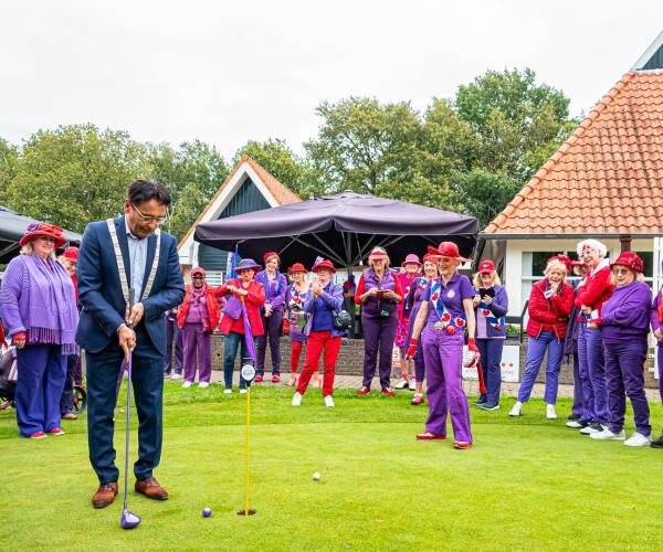 Burgemeester Tjeerd van der Zwan opent golfwedstrijd van de Red Hat Society