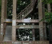 Hakenkruizen aangebracht op uitkijktoren Belvedère in Oranjewoud